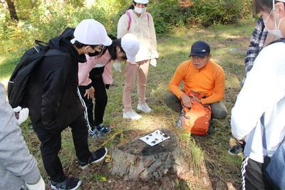 野外の動植物の観察を行いました。リスが食べた木の実やいろいろな葉などを見つけました。磐梯山、猪苗代湖もきれいでした。