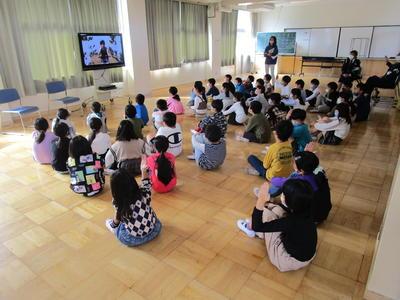 交通ルールを確認するDVDを視聴する3年生