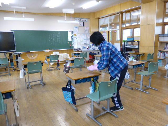 机や椅子を一つずつ丁寧に拭きます